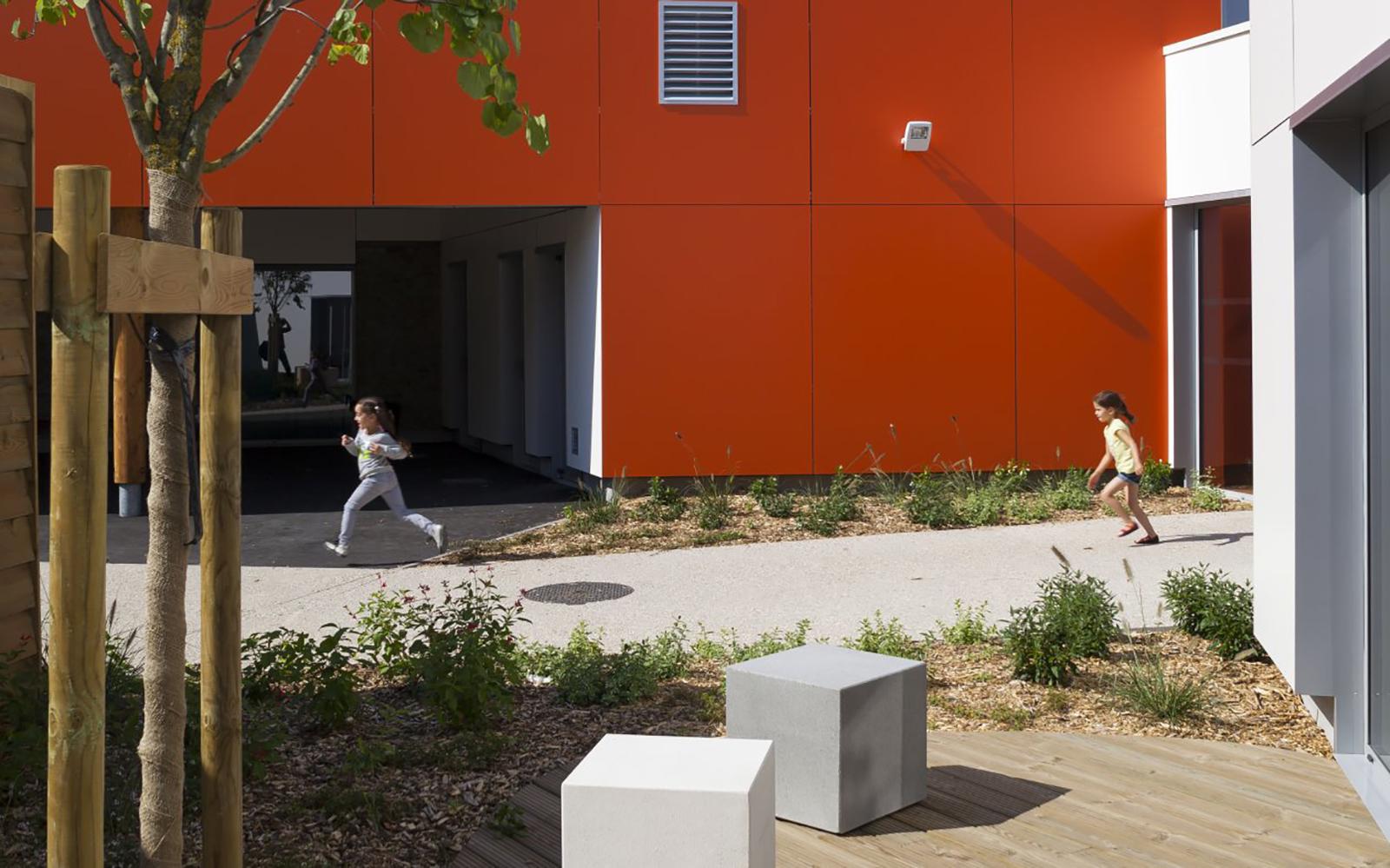 Photo projet terminé paysagiste cour d'école Duclos Lanoy à Waziers enfants courses plantations terrasse des professeurs
